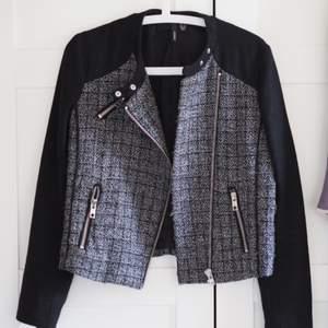 Jättefin Chanel inspirerad jacka från Mango. Superbra skick, sparsamt använd. Perfekt till vår/höst
