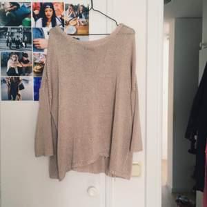 En oversize stickad tröja från ÅHLENS. Lite  trådar som hängt ut som jag knutigt(se bild 3) annars huuur mysig som helst