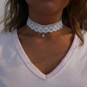 Egentillverkat halsband i bomulls-spets, storleken är ställbar, frakt inräknat i priset!