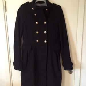 En svart skepparliknande ullkappa från Zara. Den har tappat en knapp i halslinningen, övrigt är i bra skick!