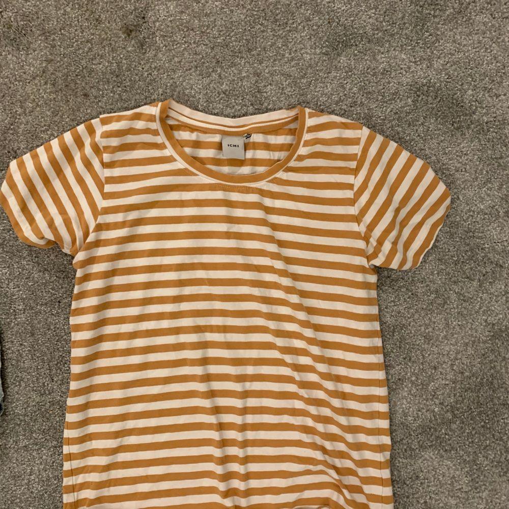 Säljer denna sjukt snygga t shirt från ICHA pga kommer inte riktigt till användning. Frakt ingår inte!💞 . T-shirts.
