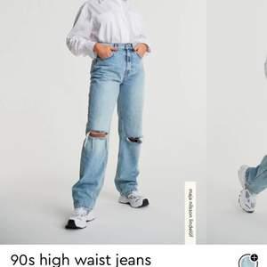 Säljer mina jeans från Maja Nillson lindelöfs kollektion med Gina tricot. Nyinköpta men köpte fel storlek, slutsålda på hemsidan. I nyskick. Lägg ett bud eller köp för 450+frakt(79kr) :) Storlek 32 men passar även 34.