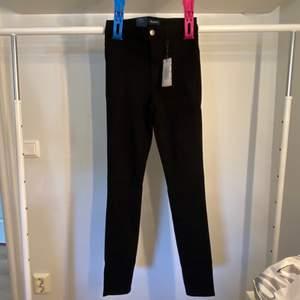 Snygga svarta oanvända jeans!