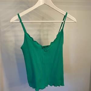 Snyggt linne från Gina Tricot. Knappt använd!