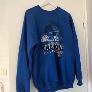 Säljer min sweatshirt som jag köpt från beyond retro som är i jättefint skick.                                                              Färgen ser mest ut som den gör på andra bilden.         Buda i kommentarerna! Höjning med minst 10kr                Budgivningen slutas 4/10 21:00