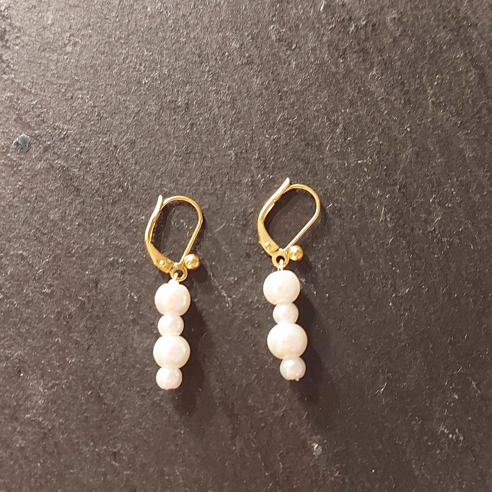 Superfina guldörhängen med vita pärlor i olika storlekar💕 Pris: 69 kr ( frakt är medräknat i priset). Accessoarer.