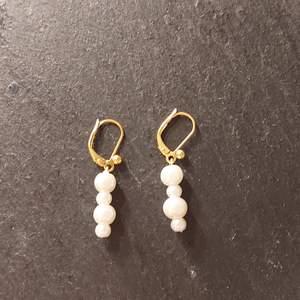 Superfina guldörhängen med vita pärlor i olika storlekar💕 Pris: 69 kr ( frakt är medräknat i priset)