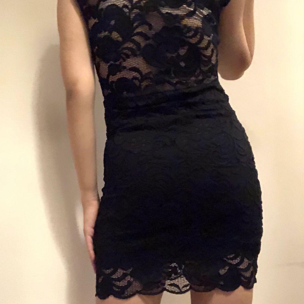 Svart tajt klänning. Skön, inte för tajt. Elegant och snygg. Har aldrig använt. Om du beställer fler kläder från mig behöver du inte betala frakt separat för alla produkter❗️❗️. Klänningar.
