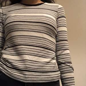 Basic vit topp med grå och svarta ränder. Har bara använt den ett par gånger. Om du beställer fler kläder från mig behöver du inte betala frakt separat för alla produkter❗️❗️