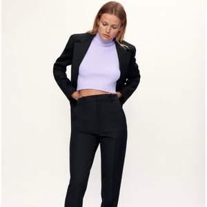 Stickad tröja/väst från Zara i storlek S. Super snygg och fin. Passar till mycket. Skriv om du har någon fråga💕