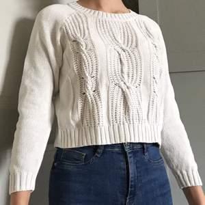 Vit stickad tröja i storlek 152 (jag skulle säga xxs-xs). Den är i bra skick och kostar 50kr+ frakt. Betalas med swish <3