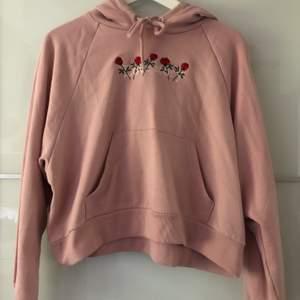 Ljusrosa hoodie med brodyr ifrån Monki. Väldigt fin. Normal-kort längd. Storlek XS men lite stor i storleken. I fint skick.
