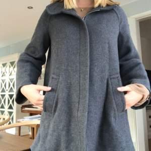 Grå kappa från Zara i storlek S! Perfekt till hösten! Köpt för 1300 säljer för 400. Pris kan diskuteras
