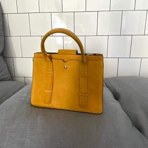 Liten väska från Zara, 35x20cm. Perfekt men 4 olika fack som delar upp väskan och håller ordning och reda!😋 (kan mötas upp i Stockholm, även frakta - köparen står för frakten).