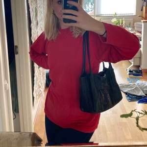 Säljer denna röda tröja i storlek M från humana! Den är så fin att bara ha som den är eller stoppa in den som på bild 3!💖