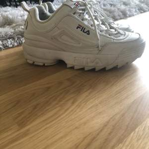 Snygga fila skor i stl.38 små i storleken då jag igentligen har stl.37 men dessa passar bra på mig i storlek. Sparsamt använda.