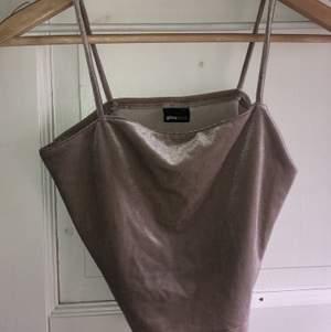 Topp från Gina, aldrig använd fint skick. Funkar bra som en vanlig vardags tröja men man kan även klä upp den till festliga tillfällen med :)