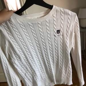 En vit stickad Bondelid tröja. I storlek s. Använd endast en gång så är i mycket fint skick. Säljer på grund av att jag har många vita stickade tröjor så den kommer tyvärr inte till användning.
