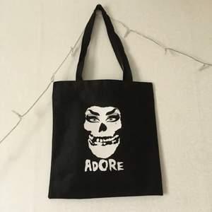 Sjukt cool tygpåse, med Misfits inspirerad logga!⛓ Köpte den på dragqueen Adore Delanos sida, men har ej kommit till användning. Väldigt punk, och såå cool! Frakt tillkommer😼
