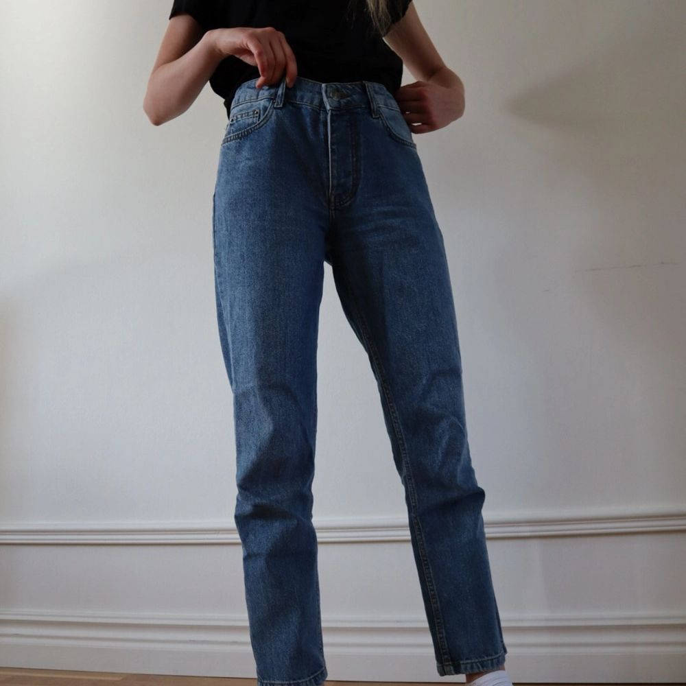 Säljer mina älskade jeans!🥺 Loose fit trendiga jeans i superfin färg. De är köpta på nakd. Sitter så snyggt och är väldigt bekväma. I nyskick!. Jeans & Byxor.