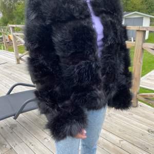 """Nästan helt oanvänd pälsjacka från Nelly. Finns hylsor så att man kan """"knäppa"""" jackan. Jag är 1,63 lång och storlek Medium normalt. Nypris 500kr."""