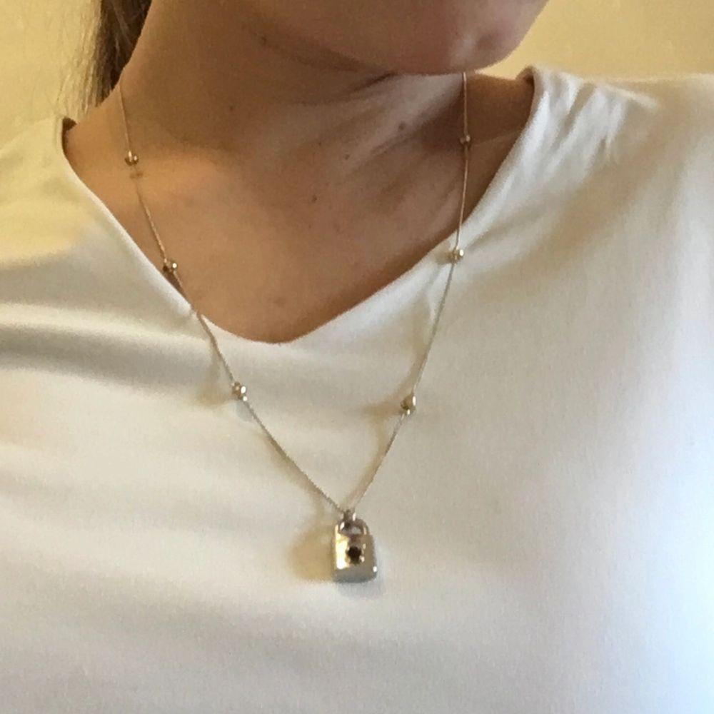 Guldfärgat halsband med små detaljer och ett gulligt lås i silverfärgat plast som jag satt på.🔒. Accessoarer.