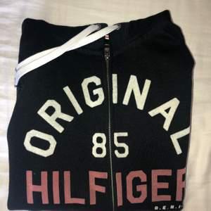 Svart zip-hoodie i använt skick med stor luva, hör av dig bid intresse!💕