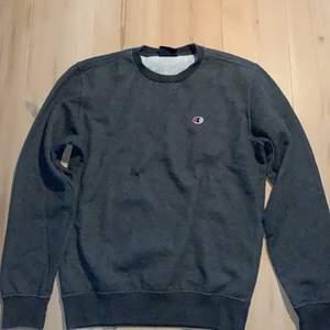 Mörkgrå champion sweatshirt i storlek S. Köparen står för frakt.