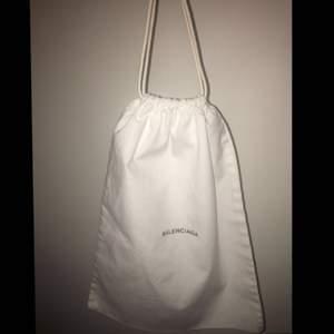 Äkta Balenciaga dustbag. Dessa medföljer när man köper en produkt så de kan inte köpas individuellt! Kan användas på många olika sätt. Skriv om ni vill ha fler bilder❣️