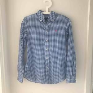En oanvänd skjorta från Ralph Lauren, Custom fit.  Frakt och dylikt ingår inte i priset jag annonserar.