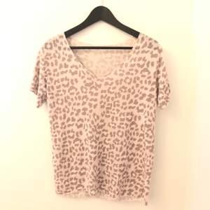 En leopardtopp från Zara i storlek S men den är oversized så passar även M✨ ej använd utan bara testad. Köpt för 400