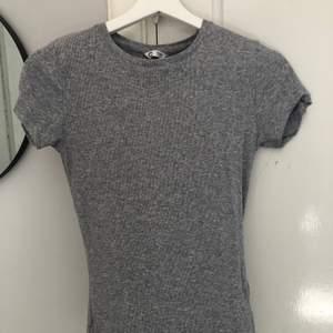Säljer denna t-shirt från Cubus. Sitter jätte fint på. Skriv vid fler detaljer. Frakt tillkommer. Ord. Pris 199 kr