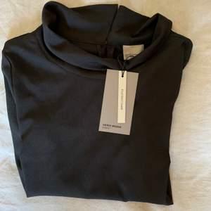 Oanvänd svart blus från Vero Moda med prislappar kvar✨ Trekvartsärmar, krage och knäppning i nacken. Samfraktar gärna med nåt annat litet!