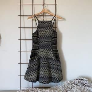 Gulligaste klänningen jag har!! Tyvärr har jag aldrig fått användning av den så den är endast testad! Den har fickor på sidan så den ser lätt utsvängd ut 🥰 i storlek 36! Kan skicka mot frakt eller mötas upp! 🌻