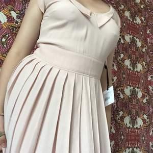 Helt ny red valentino klänning, på lappen står de storlek 42 men sitter mer som en 38. Vet inte exakt vad nypriset är då jag fick den i present men när jag kollar på liknande ligger dom runnt 3000-4000, är i behov av pengar därför säljs den billigt💕