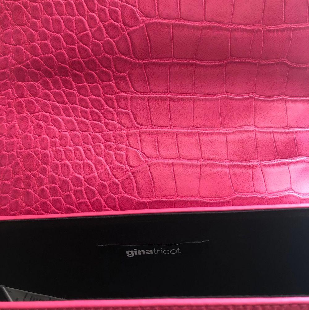 Oanvänd rosa handväska från Gina Tricot. En perfekt färgklick till outfiten!! Säljes på grund av att den inte kommer till användning. Nypris 299kr. Pris kan diskuteras så båda blir nöjda! Köpare står för frakt, men kan även mötas upp. . Accessoarer.