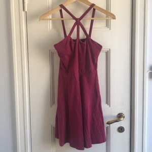 En klänning från New Look. Storlek 6(?), small säger jag. Skick: 6/10 (en liten fläck framtill). Levereras nytvättad. Finnes på Södermalm, Stockholm. Kan postas men då står Du för frakten, (59kr). Postar även samma dag som betalningen gjorts! Mvh Marija