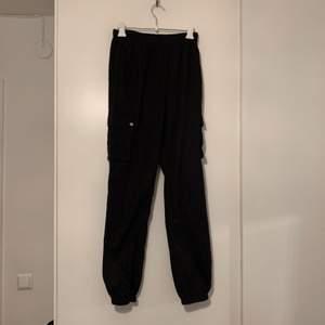 Bra skick. Det är riktiga fickor. Byxorna är svarta, de gröna är bara för att se hur de sitter. (+60 för frakt)