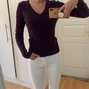 Lila ribbstickad tröja från Tommy Hilfiger, nyskick. Storlek S. 50 kr exklusive frakt, köpare står för frakten.