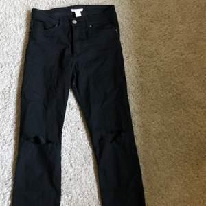 Svarta jeans med hål på knäna och slitna nertill! Storlek 36