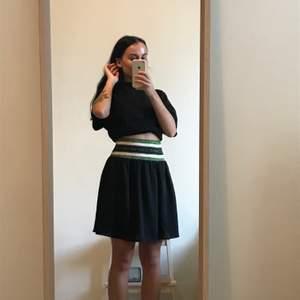 Superfin Maison Scotch kjol med resårband i grönt och svart glitter highwaist jätte fint skick 350kr eller högst bud