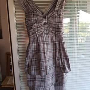 Snygg och annorlunda klänning som jag köpt på Tradera men som var för liten till mej. Stl. L men väldigt liten i storlek. Fint använt skick.
