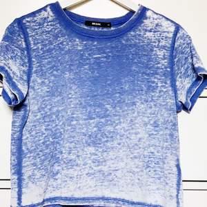 Skitcool mindre lite croppad topp som funkar för S-M. Tyget är blått med ett urtvättat mönster. Snyggt att matcha till baggy jeans eller liknande! Pris kan diskuteras & köparen står för frakten;)