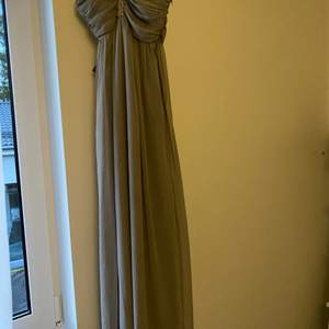 En ljusgrå klänning från Nelly som är helt oanvänd, prislappen är kvar.