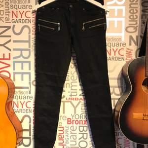 Jeans som enbart är använda några gånger, sitter snyggt och med dragkedjor vid fickor samt nere vid ankeln. Bra skick. Frakt tillkommer eller mötas upp i Lund/Staffanstorp