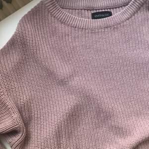 En kortare rosa stickad tröja från even&odd, köpt på Zalando. Endast använd ett fåtal gånger, i väldigt fint skick. Nypris 249kr, säljes för 100, köparen står för frakt