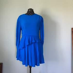 Underbar klänning från hm. Kjolen är lite kortare på en sidan