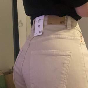 Raka jeans ifrån lager 157, storlek XS. Jag är ca 160 och dom sitter bra i längden på mig. Köpta för 300kr🥰