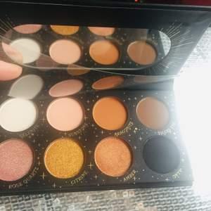 LASplas Cosmetics Magic Eyeshadow Palette . Jättefina färger som funkar för vardag och fest. Pris i butik 280kr