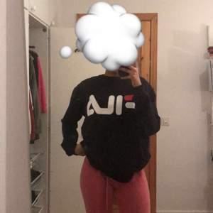 FILA sweatshirt i storlek S köpt på junkyard. Knappt använd säljer då den inte kommer till användning, frakt betalas av köparen😊